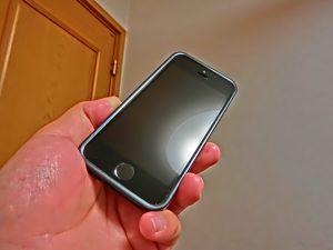 手垢ベタベタのスマートフォン画面を磨く