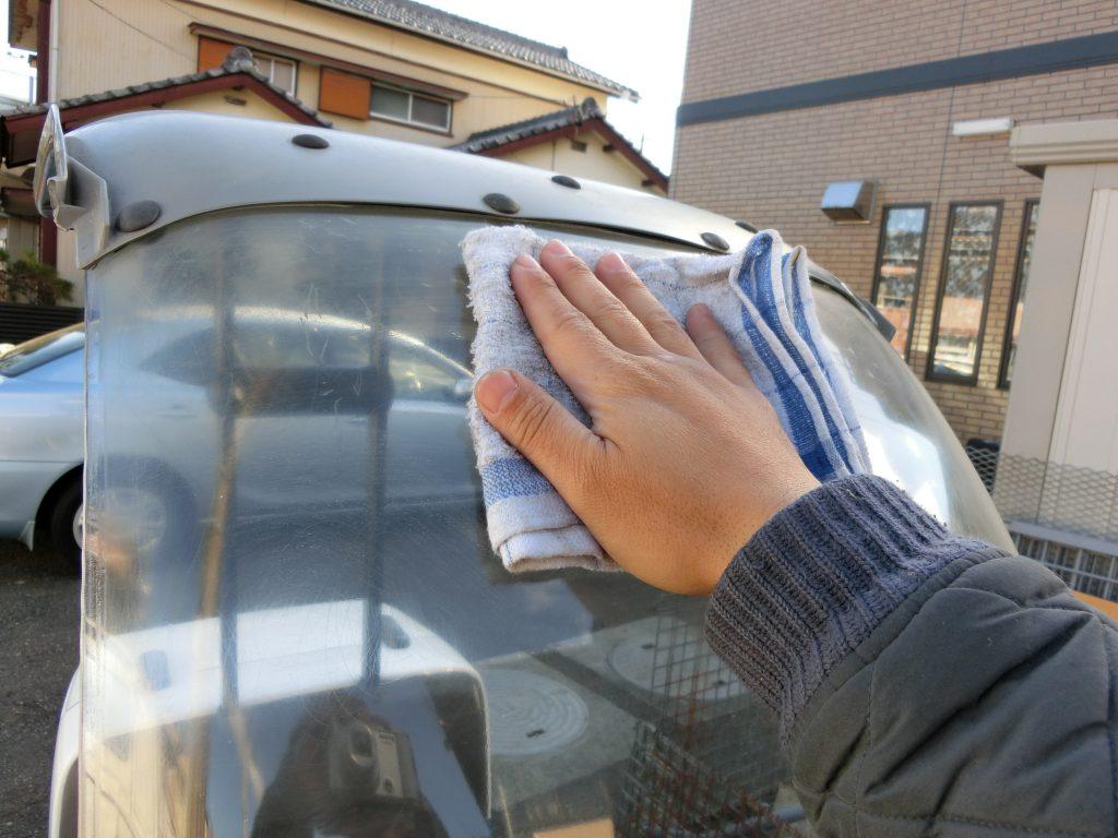 ホンダジャイロキャノピー ボロボロキズだらけのスクリーンを磨いて透明度を取り戻す