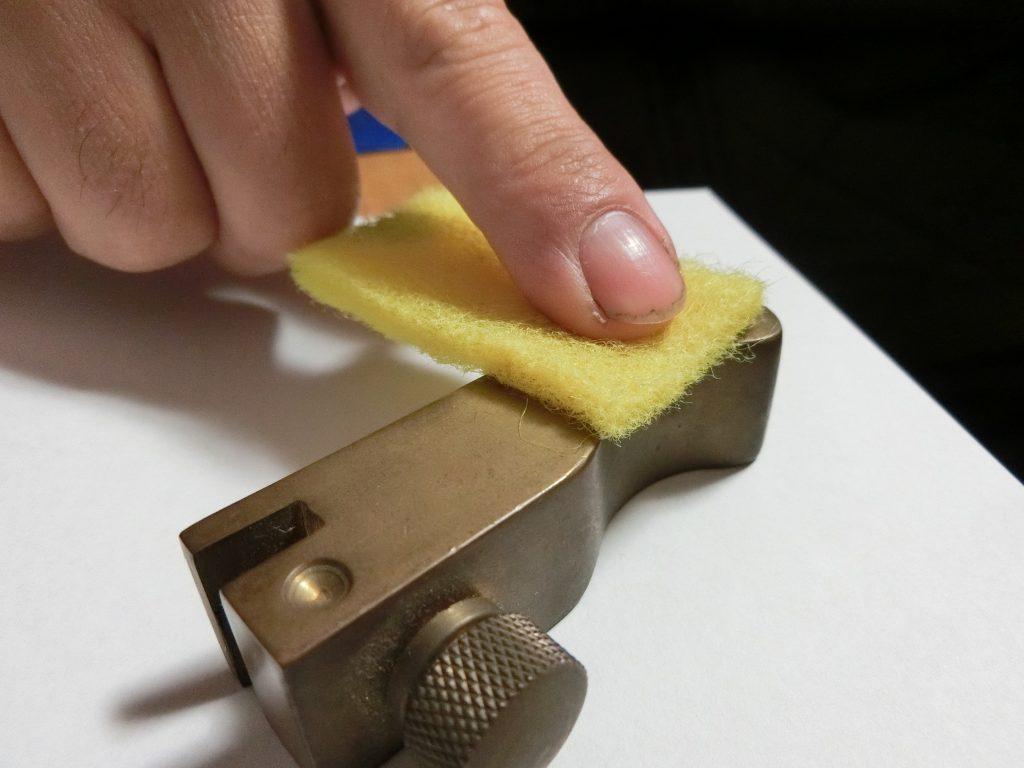 研磨剤で削らずに真鍮(文鎮)を磨く
