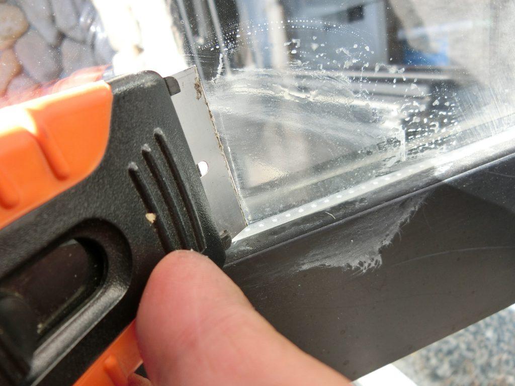 窓ガラスをキズ付けずにセロハンテープやステッカーの頑固な糊をキレイに剥がす