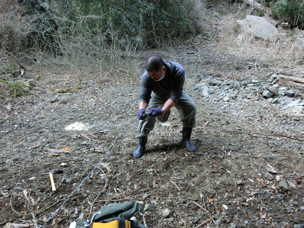 今度はシカを捕って食べたいと思い、山に罠を仕掛ける