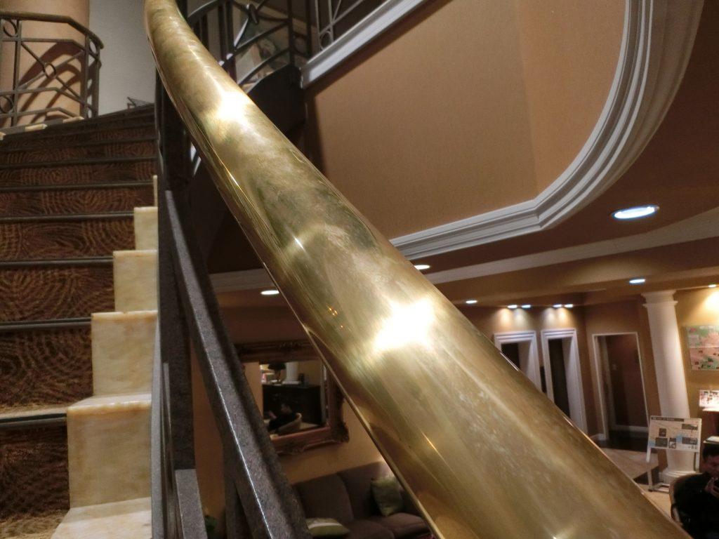 某ホテルの真鍮手すりをぴかぴかにクリーティングしてきた