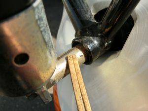 ヴェクスター150に取り付けた看板の部品のサビをキレイに取り除く